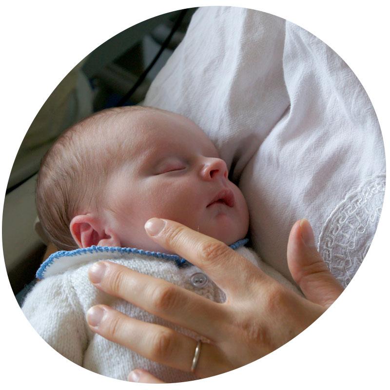 Emmanuelle avec son bébé qui décédera à 5 semaines de vie